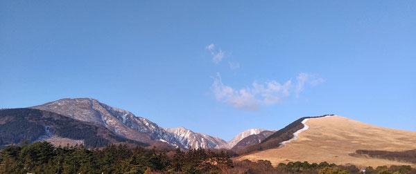 大分県別府市の扇山(大平山:右)と、鶴見山(左)(著者撮影)