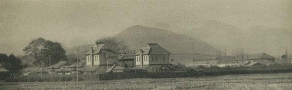 大分市長浜町に建設された大分高商の教員宿舎。背後に高崎山や鶴見山の稜線が見える。(著者所収)