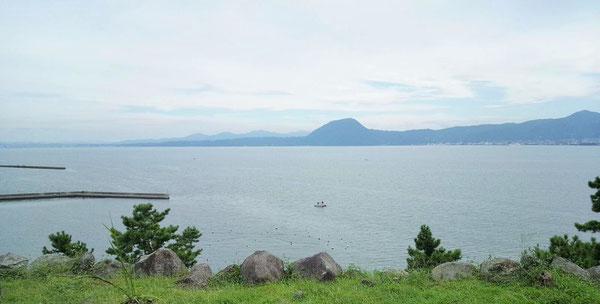 日出城天守台から、別府湾を挟んで望む高崎山(中央の小高い山)です。