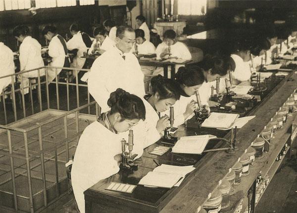明治44年に東京女医学校から改称した東京女子専門医学校の組織実習風景(大正14年度卒業記念写真集 所収)