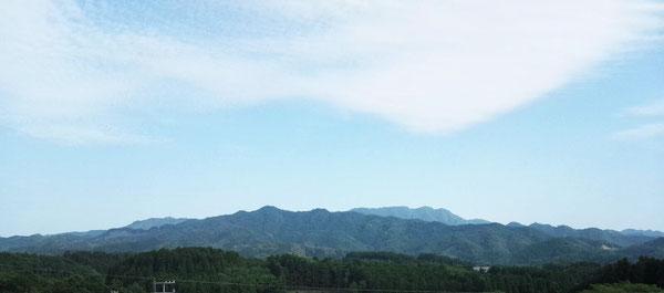 豊後大野市三重町のシンボル『佩楯(はいだて)山』を遠景に望む風景です。