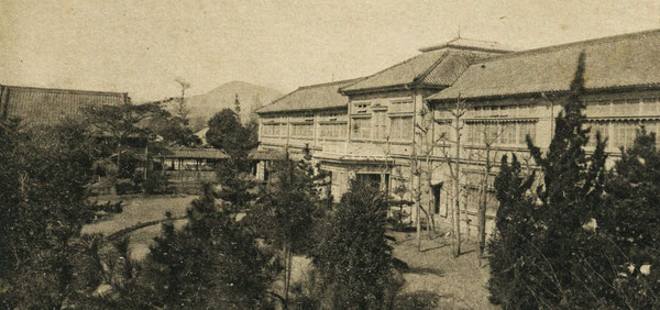 県立大分高等女学校の南側から見た風景。中央遠方に高崎山が見える。(戦前絵葉書所収)