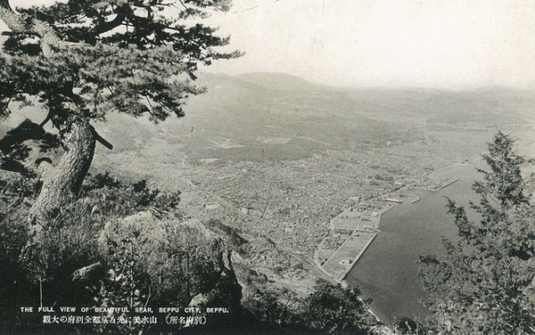 戦前は現在ほど樹木がなかった高崎山頂上から眺める眺望は絶景だった。高崎山から別府市街を望む。戦前絵葉書・昭和10年頃(著者所収)