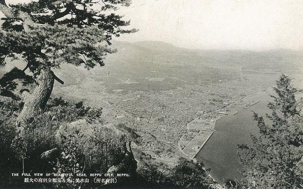 戦前は現在ほど樹木がなかった高崎山頂上から眺める眺望は絶景だった。高崎山から別府市街を望む。(著者所収)