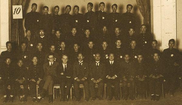 大正14年頃の大分高商時代のホーンビー先生(前列左から5番目)と語学部指学生(大分高商卒業アルバムより)著者所収