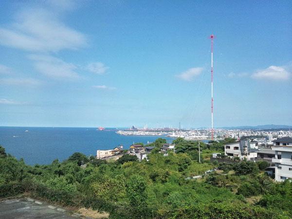 写真中央手前に「天海の湯」があり、遠くに湾岸風景が見えます。※クリックすると拡大します。