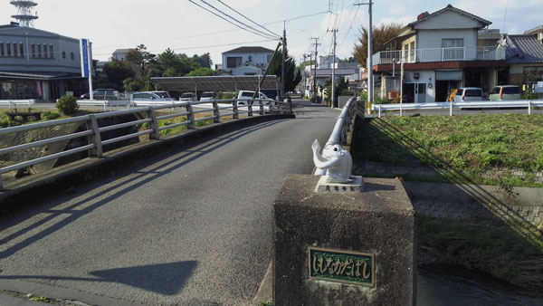 下中田橋を内田・久知良区(豊後大野市図書館側)から見た風景。橋を渡って右手に大石とうふ店、左手に九州労働金庫三重支店が見える。この道は市場方面への旧道となる。