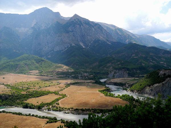 Trebeshina-Dhëmbel-Nemërçka-Gebirge mit Flusswindung