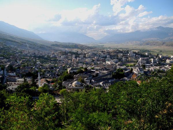 Das neue Gjirokastër, das alte liegt am steilen Hang, Sicht vom Top der riesigen Burg