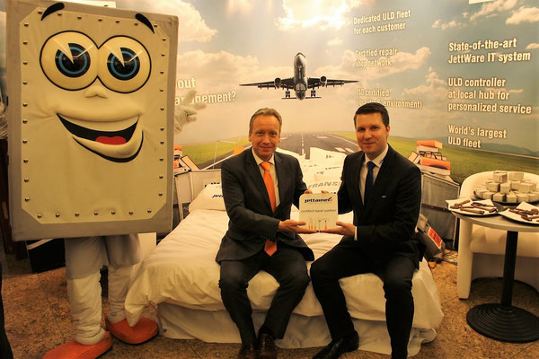 Carsten Hernig (left) hands over Jettainer's official repair certification to DoKaSch's Markus Franke  -  courtesy: Jettainer