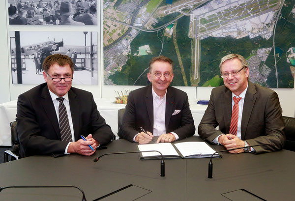 Signing the contract (l > r): Martin Bien, head of Fraport Ground Services / Olivier Bijaoui, President & CEO of WFS / Michael Mueller, member of Fraport's Executive Board  / courtesy Fraport AG