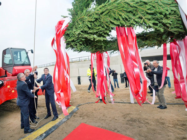 From l > r: Reinhard Stiftinger of Austrian construction firm Habau, Hamburg Senator Frank Horch and Airport Chief Michael Eggenschwiler pull up the garland   -  courtesy airport