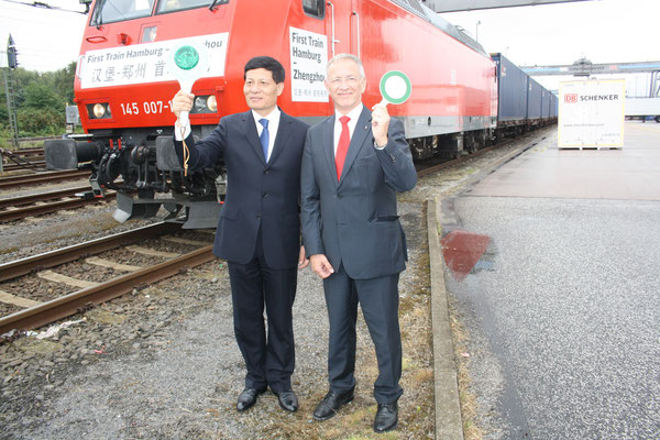 Xie Fuzhan (left) and Karl-Friedrich Rausch gave the starting signal for the trans-Eurasian cargo train  /  source pictures: hs