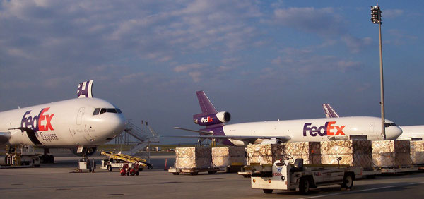 FedEx MD-11 freighters at its European gateway CDG  /  source: hs
