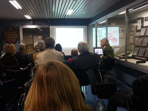 L'Ing. Vito Rustia IZØGNY mentre illustra la storia della telegrafia con le immagini dei francobolli