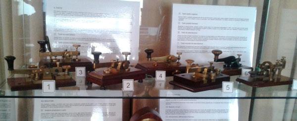 Il primo ripiano: tasti utilizzati in alcuni uffici postali europei e tasti da esercitazione