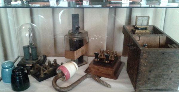 Alcuni strumenti e apparecchiature telegrafiche presenti nella sala espositiva