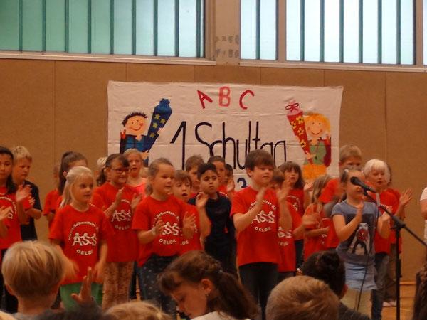 Kinder der Klasse 2b begrüßen die Erstklässler in der Olympiahalle