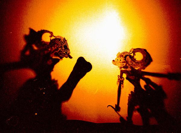 ....Wayang Java:  Die rechte Figur ist Hanuman.