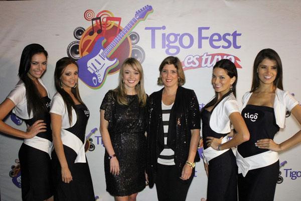 Melanie Reimers y María Ximena Rodríguez, representantes de Tigo, junto a las edecanes durante el lanzamiento del III Festival  Tigo Fest 2012, que se realizará en el Estadio Cementos Progreso, el próximo 17 de marzo.