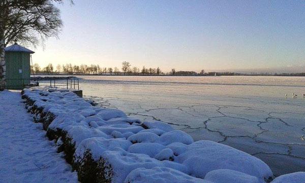 In Vadstena ist der Vätternsee mit Eis bedeckt.