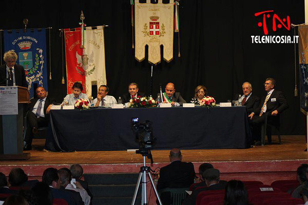 Il tavolo della presidenza del convegno