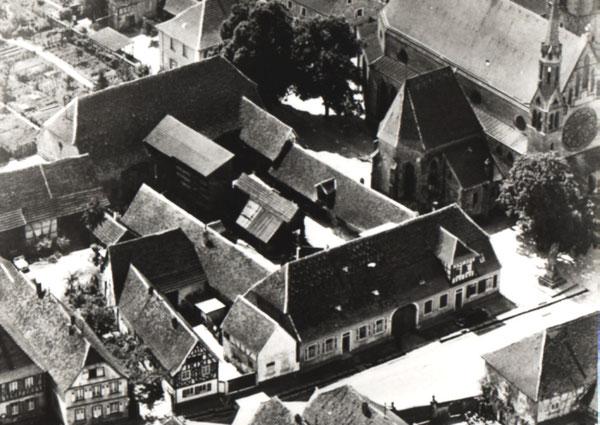 Luftaufnahme vom historischen Ortskern mit Kirche und Zehntscheune von Beginn des letzten Jahrhunderts