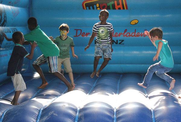 """HOPPING"", Hüpfburg/Jumping castle, Afrika Festival 2014, Böblingen, Germany, 02.08.2014, Canon EOS 550d. Foto: Eleonore Schindler von Wallenstern."