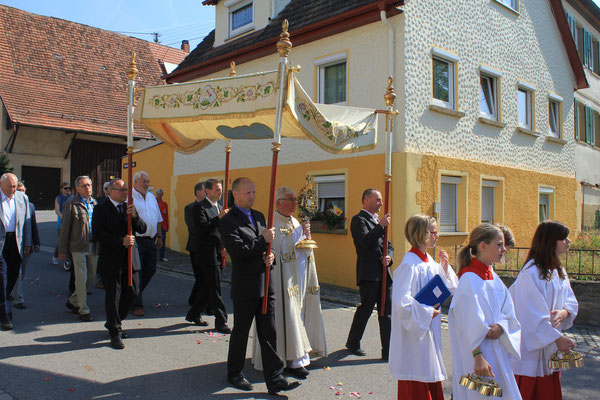 Auf dem Prozessionsweg mit Prälat Bour/On the processional way with Prelate Bour, Fronleichnamsprozession/Corpus Christi procession, 19.06.2014, Wendelsheim (Rottenburg), Germany, Canon EOS 550d. Foto: Eleonore Schindler von Wallenstern.