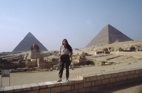 Vor den Pyramiden von Gizah/In front of the Gizah Pyramids, Ägypten, Egypt, Nov. 1992. Foto: Prof. Dr. Joachim Quack.