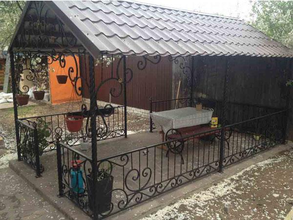 Кованая-беседка-прямоугольная-крыша-металлочерепица-фото