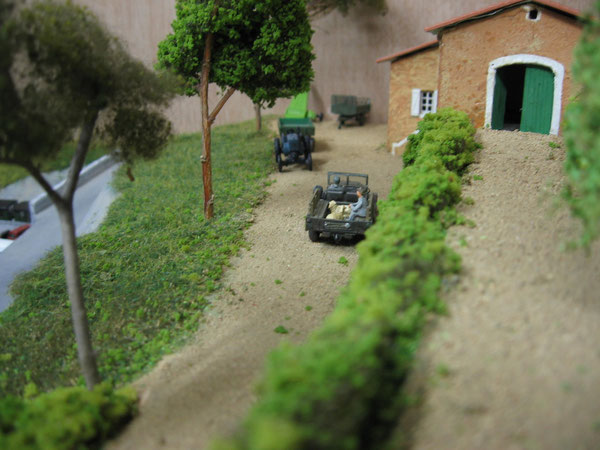 La ferme domine le village .