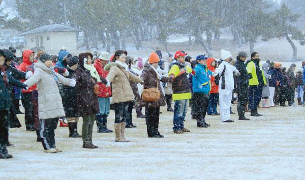 全員が吹雪の中、手をつなぎ黙祷した