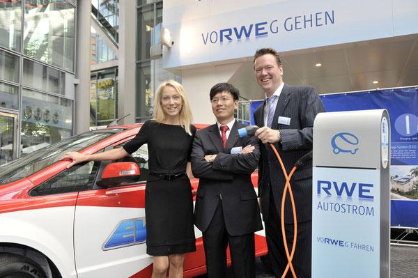 C. Reichert, RWE Effizienz GmbH,           Y. Chen, BYD und P. W. Harting, Harting Technology Group, bei der Bekanntgabe der Kooperation der RWE mit BYD und Harting im Berliner Sony Center.