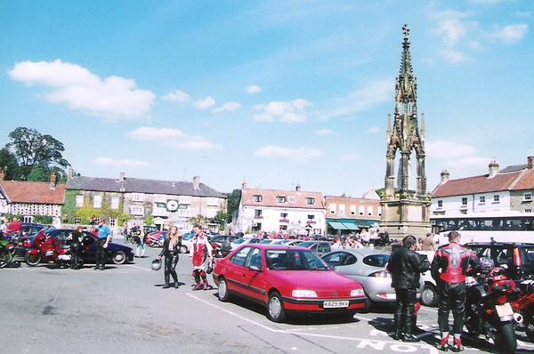 .町の広場とホテル