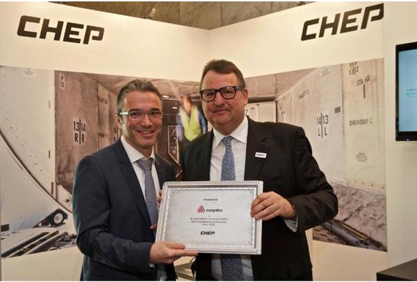 Dr.Ludwig Bertsch, CHEP (standing right) & Franco Nanna, Cargolux  -  courtesy CHEP