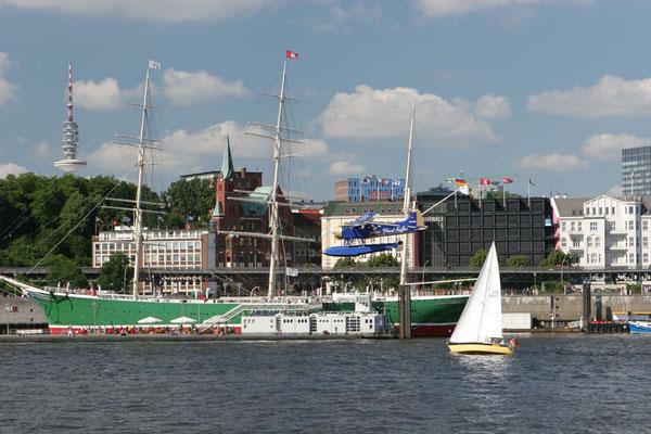 Im HHer Hafen mit Wasserflugzeug - Copyright: Ulrike Schreiber
