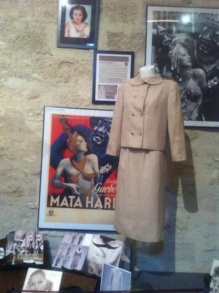 """Tailleur de GRETA GARBO. Il apparait dans le livre de STEFANIA RICCI """"GRETA GARBO, LE MYSTERE D'UN STYLE"""" et lors de l'exposition du même nom au musée FERRAGAMO à MILAN en 2010."""