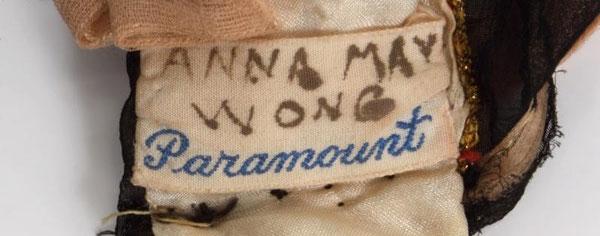 La robe porte l'étiquette du département costume de la PARAMOUNT. Lenom de ANNA MAY WONG est inscrit dessus.