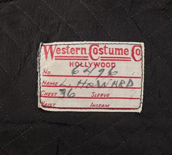 Une y a une étiquette de la WESTERN COSTUME COMPANY portant le nom de L. HOWARD à l'intérieur du pourpoint.
