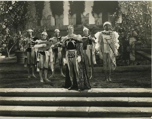 """La scène """"la sérénade""""; on y reconnait le costume du joueur de flûte."""