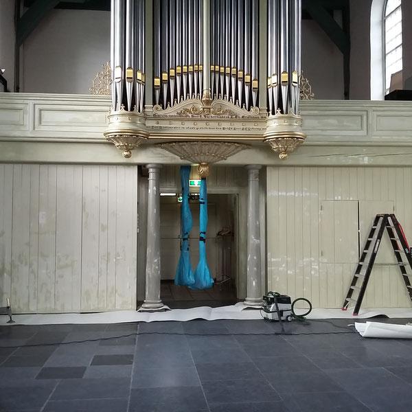 Monumentaal schilderwerk onder de orgelkast.