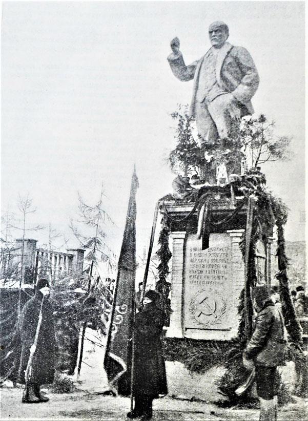 ノギンスクの労働者によって建てられた最初のレーニン像。