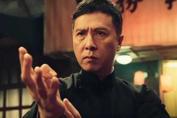 Auf dem Bild ist Donnie Yen als Wing Chun Meister Ip Man zu sehen.