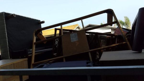 トラックに積んだ荷物の写真