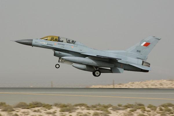 Un F-16D decolla dalla base di Shaikh Isa (Foto: Frank Noot)