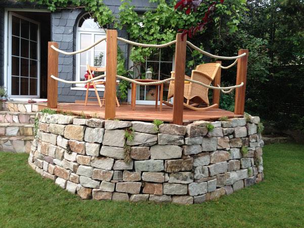 Trockenmauer und Holzterrasse