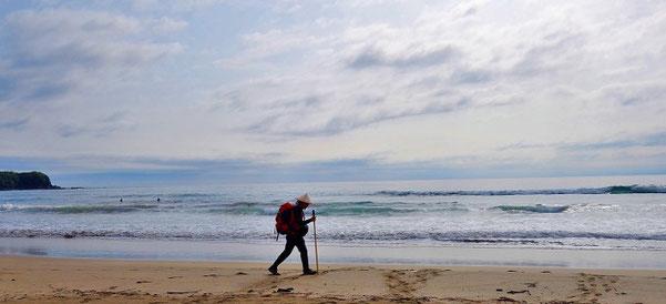 四国のお遍路さんを歩いていた時、知り合ったサーファーの方が、海岸を歩いている私を撮ってくれました。徒歩巡礼は、普段の観光旅行では味わえないような、沢山の出逢いに満ちた旅の形です。