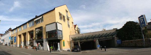 Praxisgebäude Zahnarzt Dr. Rainer Ostermaier in Bad Griesbach mit Zufahrt zut Tiefgarage (rechts)