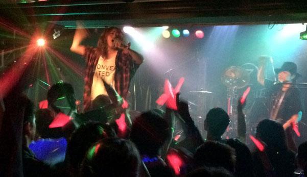 千葉県のライブハウス「STARNITE」のステージで「眠らない兎」がライブをしている場面